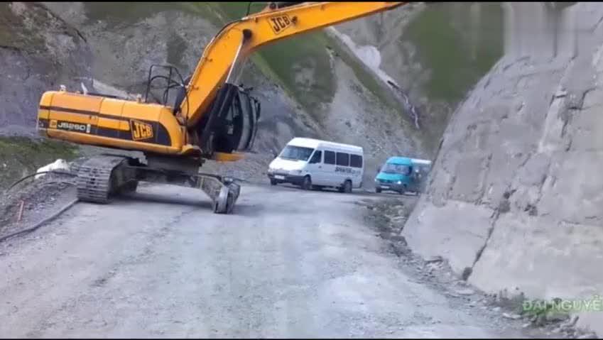 挖掘机司机胆子真肥,这都敢下,就不怕陷车吗?